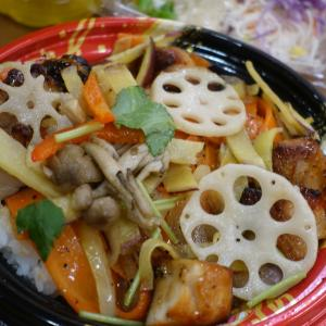 秋野菜とチキンの黒胡麻丼