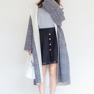 おしゃれ偏差値がアップする柄コートはモノトーン配色が正解。黒スカートはパールボタンや裾フリルなど、女の子らしいアクセントがあるものを選んで◎♪