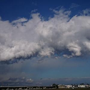 昨日の不気味な雲達は夜には消えても本日の早朝にまたまた登場!県東部では大雨だったこの空の状況は一体!?