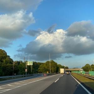 出張帰りに普通に目に入って来た空の状況。10~15年以上前の写真では確認出来ない怪しい黒い雲の存在が気になる。