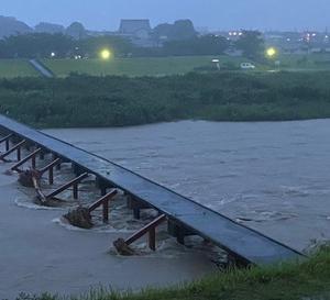 本日の雨は夕方になり更に激しく降り昨年の今頃にもあった豪雨を思い出す。今回は早目に落ち着いたが油断は禁物。