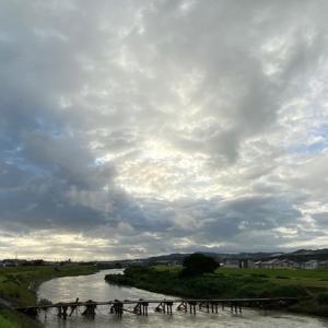 早朝から経験を生かした予測と少し違い色々な姿に変化した空の様子!子供達が雨に降られずホッと!今夜も注意!!