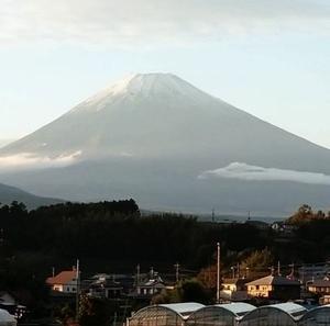 時々三島に住む仲間がリアルタイムに送ってくれる富士山の画像で季節の変化を知る!毎日近くで見れて本当に羨ましい!