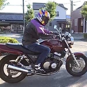 青空が続くクリーンな空の下またまたバイクの車検!当社に初めてご依頼を頂いた新車の様な僅か1900キロ代のCB400SF!