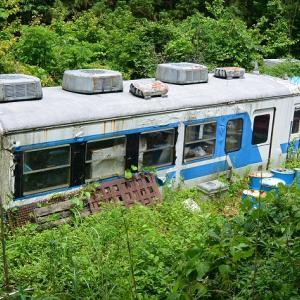 埼玉県横瀬町の林道焼山線沿いにある秩父鉄道3000系廃車体