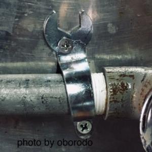 キッチンの水道管を延長。途中の留め金具にペラペラスパナを流用