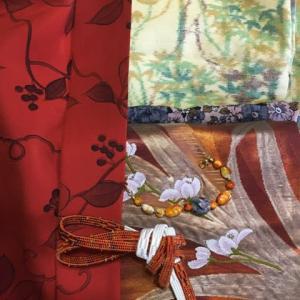 一月の着物。薄い黄緑の笹模様の紬に漆箔の帯