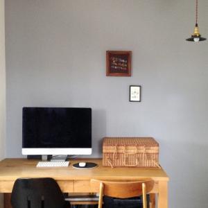 """テレワーク """"椅子と机、自分とパソコンの距離、OKですか?"""""""