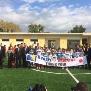 ボスニア・ヘルツェゴビナ モスタル市でサッカー施設受け渡し式に出席