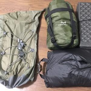 自転車と寝袋と100円のポリエチレン折りたたみマット