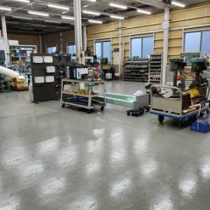 工場の床のペンキ塗り
