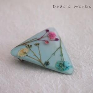 ブルーの霞み草三角ブローチ