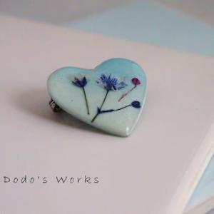 ブルーのハートに霞み草のブローチ