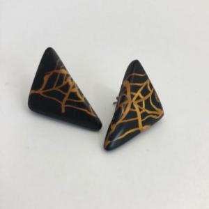 ポリマークレイの三角の蜘蛛の巣ピアス