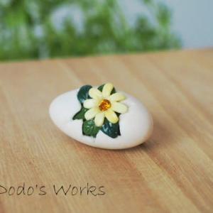 割れた卵に黄色い花のブローチ(試作)