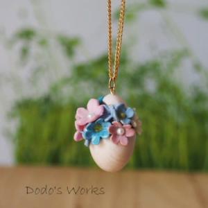 割れた卵とお花のポリマークレイペンダント