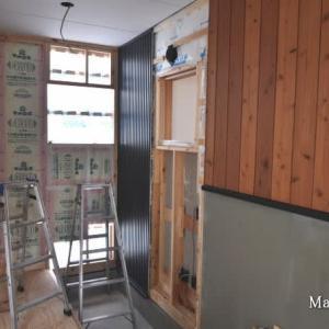 壁がぶち抜かれ窓枠で苦労して配線ケーブルはラッキー!