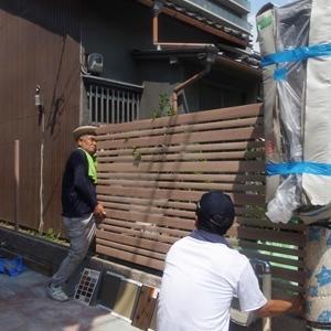 木の柄のアルミフェンスを設ける