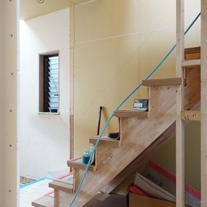 廊下の階段を開放的にする