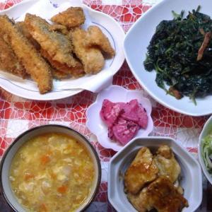 鮭切り落としのフライと芋の葉炒めと鶏胸肉照り焼きでお昼ご飯。
