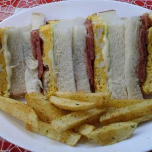 ユーグレナとポーク卵サンドで朝食。