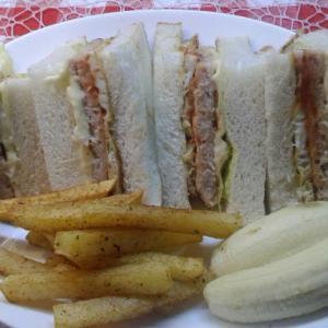 スパイシーポテトと鮪ハンバーグサンドで朝食。