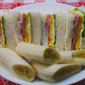 完熟バナナとハム卵サンドで朝食。