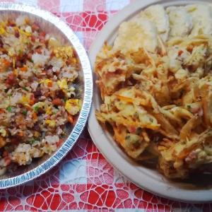 お昼ご飯は孫と‥炒飯と芋のてんぷらとかき揚げ。