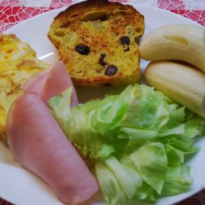手作りバナナブレットと完熟バナナで朝食。