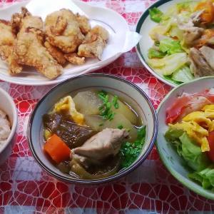 鶏ぶつ切りと冬瓜のお汁とキャベツ炒めと鶏唐揚げでお昼ご飯。