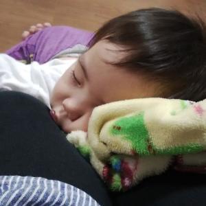 私の足につかまって爆睡の孫。
