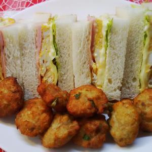 バジルの鮪ナゲットとハムエッグサンドで朝食。