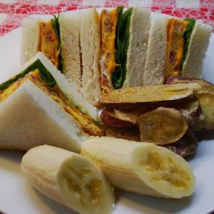 コンビーフハッシュサンドで朝食。