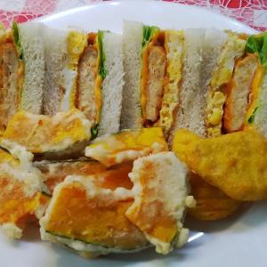 ソフトチキンとコーン卵のサンドで朝食。