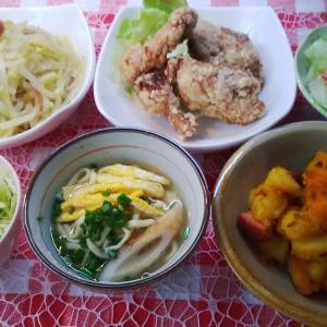 骨付き鶏の唐揚げと青パパイヤと南瓜煮でお昼ご飯。