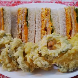 ゴーヤーリングとミニバナナを添えて海老サンドで朝食。