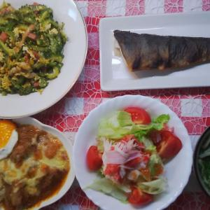 お肉と野菜に込みのチーズ焼きとホッケでお昼ご飯。