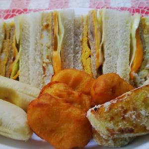庭のバナナを添えて鮪ハンバーグサンドで朝食。