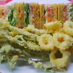 白ゴーヤーリングを添えてパパイヤパンの明太子サンドで朝食。