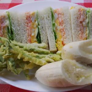 明太子と玉葱のマヨ和えサンドで朝食。