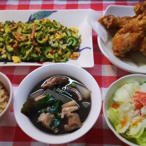 骨付き鶏モモ肉の唐揚げとイカ墨汁とゴーヤーでお昼ご飯。
