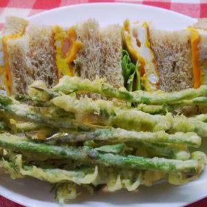 朝食・・小麦胚芽パンのサンドイッチは海老卵サンド。