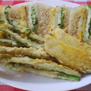 バナナブレットの白身魚サンドで朝食。