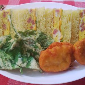 芋の葉も揚げてみました‥南瓜パンの刻みポーク卵サンドで朝食。