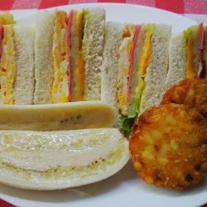 島バナナと‥白身魚ハンバーグのサンドで朝食。