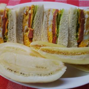 2種のバナナと定番のポーク卵サンドで朝食。