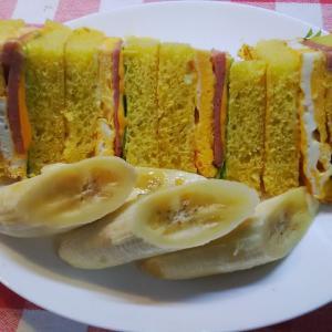 南瓜パンでポーク卵サンドで朝食。