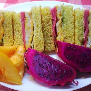 ドラゴンフルーツとパパイヤを添えてハムサンドで朝食。