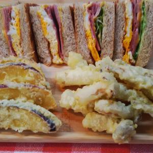 シメジ揚げを添えてハムエッグサンドで朝食。