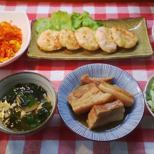 エビハンバーグと人参シリシリと三枚肉煮つけでお昼ご飯。